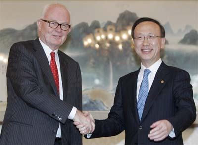 U.S. special envoy to North Korea Stephen Bosworth (L) and South Korean Unification Minister Hyun In-taek (photo: Reuters)