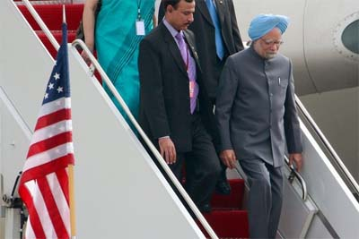 Indian PM Manmohan Singh (R) arrives for the G-20 Pittsburgh Summit (photo: Getty Images)