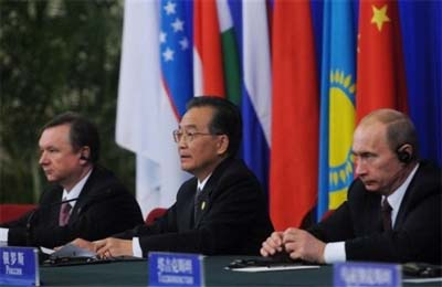 Chinese Premier Wen Jiabao, center, Russian Prime Minister Vladimir Putin, right, and former Kyrgyzstan Prime Minister Igor Chudinov, left, at the Shanghai Cooperation Organization. (photo: AP)