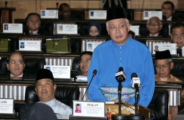 Malaysian Prime Minister and Finance Minister Najib Razak unveils Malaysia's 2010 budget at Parliament house in Kuala Lumpur, Malaysia, on Friday, October. 23, 2009. (Photo: AP Photo)