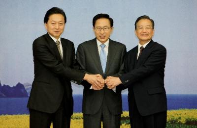 Former Japanese Prime Minister Yukio Hatoyama, Chinese Premier Wen Jiabao and South Korean President Lee Myung-bak before the third trilateral summit in South Korea, May 2010
