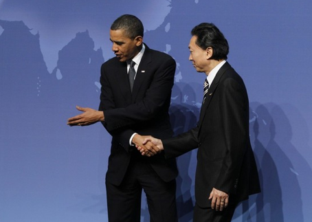 US President Barack Obama greets Japan's outgoing Prime Minister Yukio Hatoyama (R) at the Nuclear Security Summit in Washington April 12, 2010. (Photo: Reuters)
