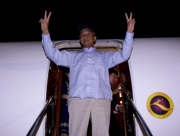 Chinese fishing boat captain Zhan Qixiong reacts as he leaves Japan early Saturday on a charter flight sent by China September 25, 2010. (Photo: Xinhua)