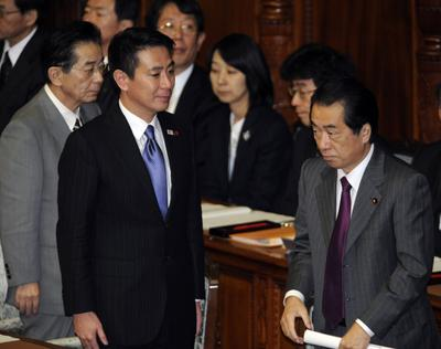 Japanese Prime Minister Naoto Kan (R), Foreign Minister Seiji Maehara (2L) and Chief Cabinet Secretary Yoshito Sengoku (L) leave the lower house's plenary session at the National Diet in Tokyo on November 2, 2010. (Photo: AFP/Yoshikazu Tsuno