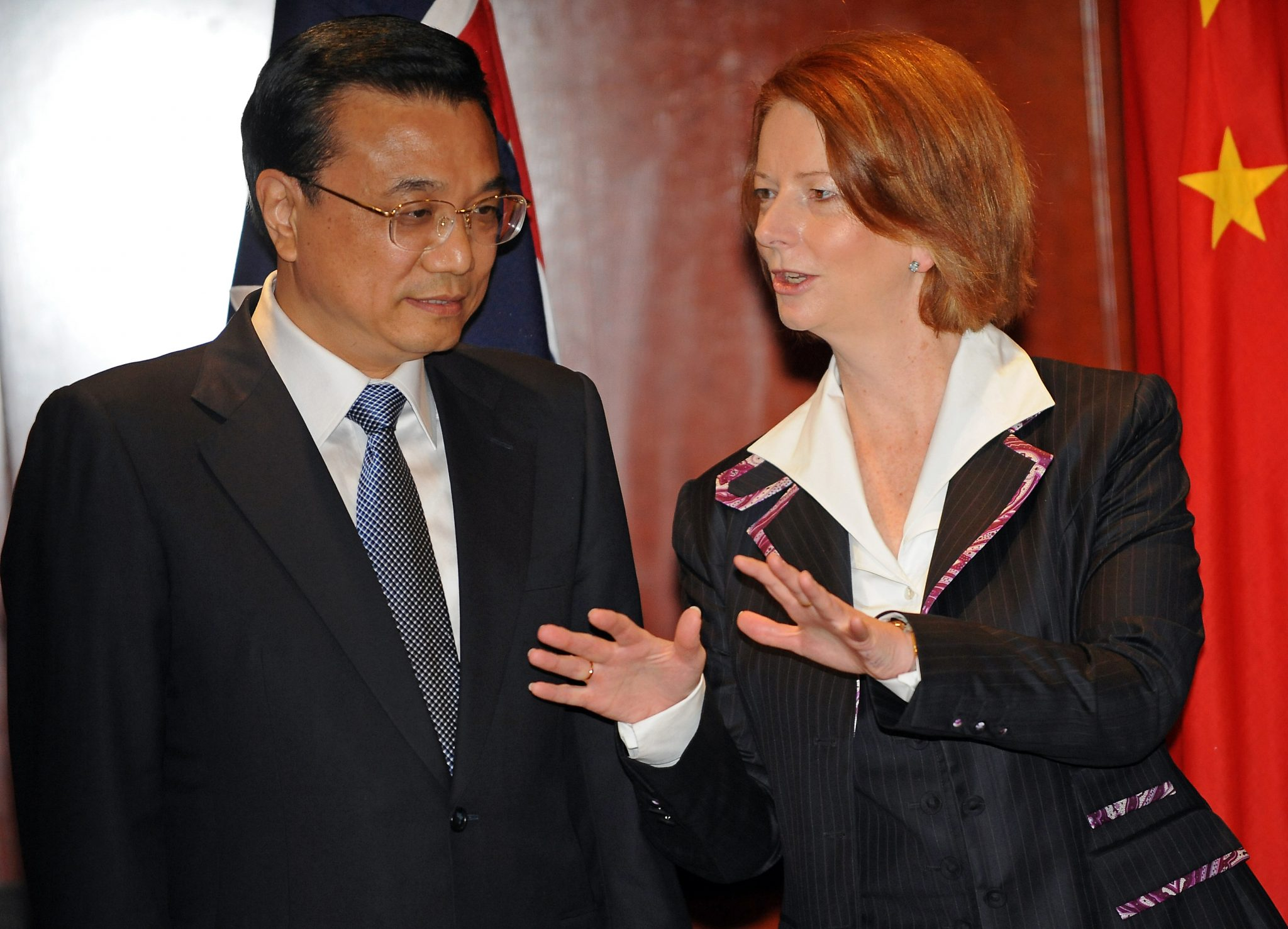 Prime Minister of Australia, Julia Gillard (R), chats the Executive Vice-Premier of China, Li Keqiang (L), during a bilateral meeting in Sydney. (Photo: AAP)