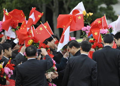 Chinese Vice President Xi Jinping (C) is welcomed by wellwishers up his arrival at Haneda airport in Tokyo on December 14, 2009. (Photo: AAP)