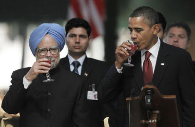 President Barack Obama and India's Prime Minister Manmohan Singh drink juice during a toast at a state dinner at Rashtrapati Bhavan in New Delhi, India, Monday, Nov. 8, 2010. (Photo: AAP).