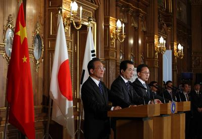 Chinese Prime Minister Wen Jiabao, his Japanese counterpart Naoto Kan and South Korean President Lee Myung-Bak attend a joint press conference following their meeting at the State Guest House in Tokyo on May 22, 2011. (Photo: AAP)