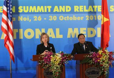 US Secretary of State Hillary Rodham Clinton (L) gestures as Vietnamese Foreign Minister Pham Gia Khiem (R) looks on during a press conference at the 17th ASEAN Summit and related summits in Hanoi, Vietnam, 30 October 2010. (Photo: AAP)
