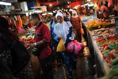 Shoppers make their way out through the narrow lanes of a makeshift food market in downtown Kuala Lumpur. Tightening monetary policy and enacting macro-prudential rules on lending might reduce loan supply but would also increase financial fragility through higher interest rates. (Photo: AAP)