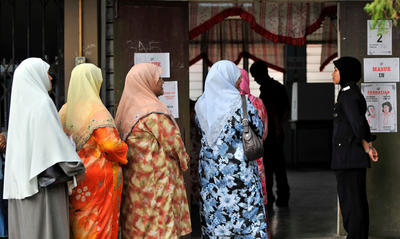 Voters line up at a polling centre during general elections in Kota Bharu, capital of Kelantan in Malaysia on 8 March 2008. Kelantan is an important battleground in the 2013 Malaysian general elections. (Photo: AAP)