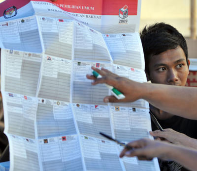 An election official shows a ballot paper for the Indonesian 2009 General Election to observers during the counting at polling station in Jakarta on 9 April 2009. Political parties have submitted their lists of legislative candidates for the Indonesian 2014 General Election. (Photo: AAP)