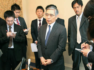 Bank of Japan Governor Haruhiko Kuroda speaks with reporters in Aylesbury in the suburbs of London 10 May 2013 before the start of a two-day meeting of the Group of Seven financial chiefs. (Photo: AAP)