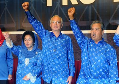 Prime Minister Najib Razak, his wife Rosmah Mansor and deputy Prime Minister Muhyiddin Yassin celebrate the Barisan Nasional (National Front) coalition electoral victory, on 6 May 2013 in Kuala Lumpur. (Photo: AAP)