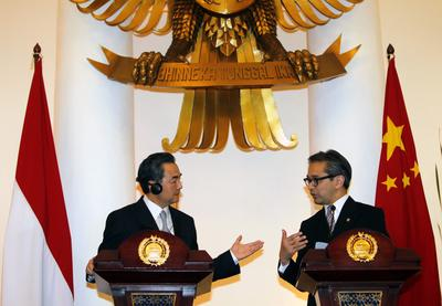Chinese Foreign Affairs Minister, Wang Yi (left), and his Indonesian counterpart, Marty Natalegawa (right), during a news conference in Jakarta, Indonesia, 02 May 2013. Wang Yi was on an official visit to Indonesia. (Photo: AAP)