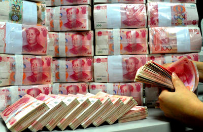 A Chinese clerk counts yuan bills at a bank in Suzhou city, southeast Chinas Jiangsu province on 31 December 2012. (Photo: AAP)