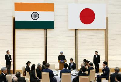 Indian Prime Minister Manmohan Singh delivers a speech during a banquet held by his Japanese couterpart, Shinzo Abe at the prime minister's official residence in Tokyo on 29 May 2013. (Photo: AAP)