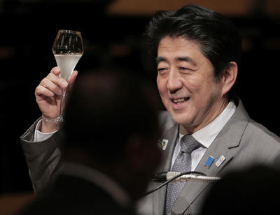 Japanese Prime Minister Shinzo Abe raises a glass for a toast during the official dinner with African leaders hosted by Abe at the Tokyo International Conference on African Development (TICAD) in Yokohama, near Tokyo (Photo: AAP).