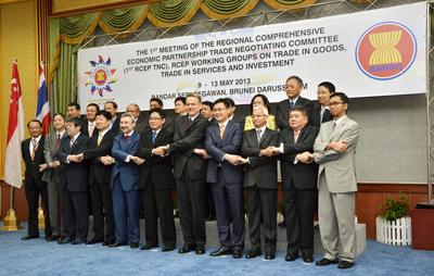 Delegates from 16 Asia Pacific nations pose for photos in Bandar Seri Begawan, Brunei, on 9 May 2013 prior to the first round of negotiations of the Regional Comprehensive Economic Partnership. (Photo: AAP)