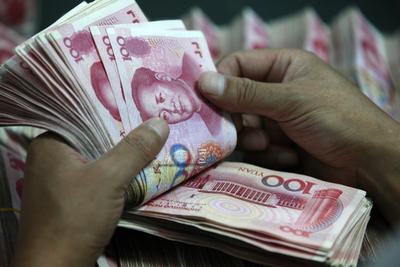 A Chinese clerk counts RMB at a branch of Industrial and Commercial Bank of China in Huaibei, Anhui province, 22 July 2013. (Photo: AAP)