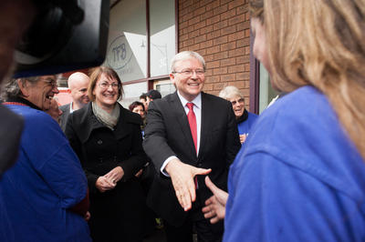 Prime Minister Kevin Rudd meets with supporters at the main shopping strip of Springwood in the Blue Mountains on 29 June 2013. (Photo: AAP)