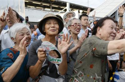 Elderly voters cheer Japanese Prime Minister Shinzo Abe, who is also president of the ruling Liberal Democratic Party, during the upper house election campaign in Funabashi, east of Tokyo. (Photo: AAP)