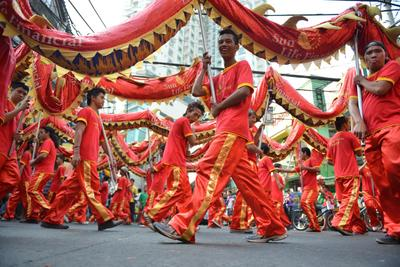 Performers take part in a dragon dance to celebrate Chinese Lunar New Year of the Snake in China town in Manila on 8 February 2013. (Photo: AAP)
