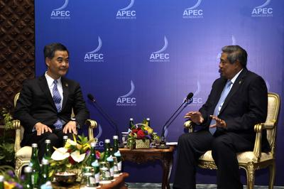 Indonesia's President Susilo Bambang Yudhoyono (R) speaks to Hong Kong Chief Executive Leung Chun-ying (L) during their bilateral meeting on the sidelines of the Asia-Pacific Economic Cooperation (APEC) Summit (Photo: AAP)