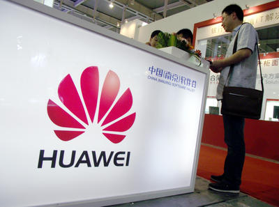 People visit the stand of Huawei during an expo in Nanjing city, east Chinas Jiangsu province, 5 September 2011. (Photo: AAP)