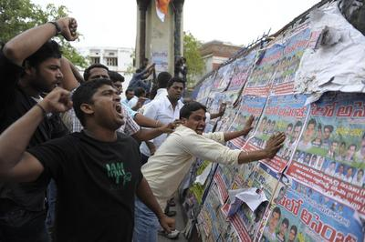 Indian students of the Telangana Joint Action Committee (T-JAC) shout slogans and attack barricades as police prevent the students from marching during a pro-Telangana protest in Hyderabad on 13 June 2013. (Photo: AAP)