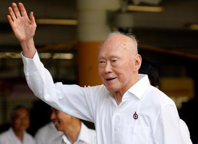 Lee Kuan Yew waves to supporters ahead of submitting his nomination papers to contest in the 2011 elections in Singapore on 27 April 2011. (Photo: AAP)