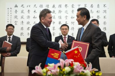 Chinese Foreign Minister Wang Yi shakes hands with Mongolian Foreign Minister Luvsanvandan Bold after they signed agreements at China's Ministry of Foreign Affairs in Beijing, 16 January, 2014. (Photo: AAP)