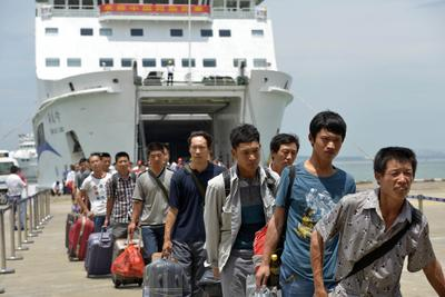 Chinese citizens evacuated from Vietnam arrive at Xiuying port in Haikou, southern China's Hainan province on 20 May 2014. More than 3,500 Chinese citizens were evacuated from riot-hit Vietnam by sea, as Hanoi stifled fresh protests over a territorial dispute. (Photo: AAP)