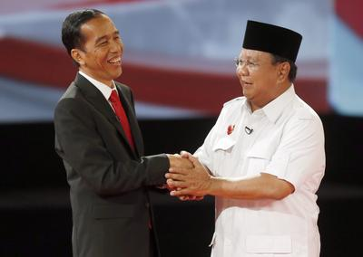 Prabowo Subianto greets and smiles to Joko Widodo shortly after the second presidential debate in Jakarta, Indonesia, 15 June 2014. (Photo: AAP)