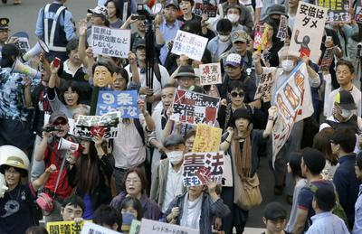 People demonstrate against the defence policy change by Japanese Prime Minister Shinzo in Tokyo, Japan, 5 July 2014. The Japanese cabinet decided on 1 July that Japan should be allowed to use military force abroad in special circumstances. (Photo: AAP).