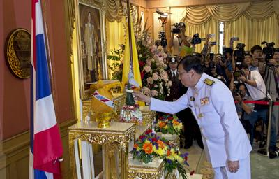 Pornpetch Wichitcholchai pays his respects in front of a portrait of Thai King Bhumibol Adulyadej during a royal command ceremony to swear him in as president of the army-appointed National Legislative Assembly at Parliament in Bangkok, 18 August 2014.  (Photo: AAP)