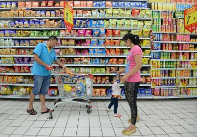Chinese customers buy snacks at a supermarket in Fuyang city, in the eastern Chinese province of Anhui, 16 July 2014. (Photo: AAP)