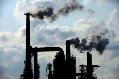 Smoke is discharged from chimneys at an oil refining and chemical plant of Sinopec in Qingdao city, east China's Shandong province, 9 February 2014. China has announced that its national emissions trading scheme will begin as early as 2016. (Photo: AAP)