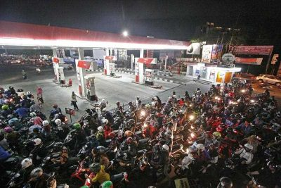 Indonesian motorists wait for their turn to fill up their motorbikes with subsidized fuel at a gas station in Yogyakarta, Indonesia, 27 August 2014. (Photo: AAP).