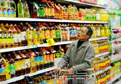 A Chinese customer shops for cooking oil at a supermarket in Luoyang city, Henan province, China, 4 November 2014. In the third quarter consumption's share of Chinese GDP hit 48.5 per cent but the contribution of consumption to year-to-date growth actually fell from 4 percentage points. (Photo: AAP).