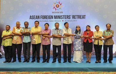 ASEAN Foreign Ministers clasp hands at a retreat in Kota Kinabalu, Malaysia, 28 January 2015. (Photo: AAP).
