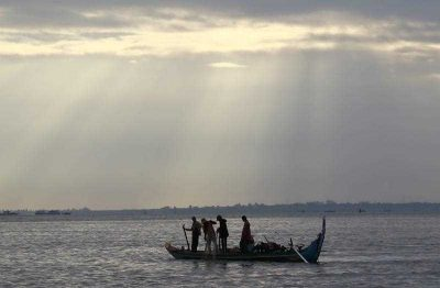 Cambodian fishermen go to work on their boat on the Mekong River in Phnom Penh, Cambodia, 11 December 2014. (Photo: AAP).