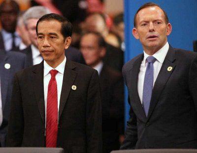 Indonesian President Joko Widodo and Australian Prime Minister Tony Abbott walk into a meeting room for a plenary session at the G-20 summit in Brisbane, Australia, 15 November 2014. (Photo: AAP).