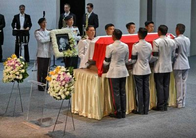 Vigil guards lift the casket of Singapore's late former prime minister Lee Kuan Yew in Singapore on 29 March 2015. (Photo: AAP).