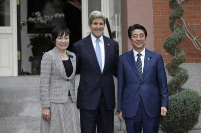 Secretary of State John Kerry stands next to Japanese Prime Minister Shinzo Abe and Abe's wife Akie Abe for a photograph in front of Kerry's residence in Boston, 26 April 2015. Abe has arrived in the US for a week-long visit. (Photo: AAP).