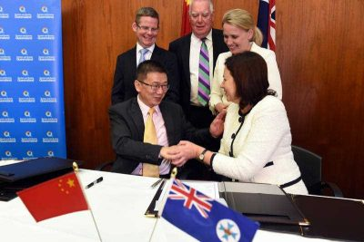 Queensland Premier Annastacia Palaszczuk shakes hands with General Manager of Hebei Wanda New Airline International Travel Service Xie Hong after signing a travel agreement between the Gold Coast and China, at Parliament House in Brisbane, Australia, 5 May 2015. (Photo: AAP)