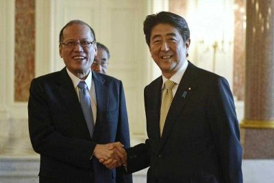 Japanese Prime Minister Shinzo Abe welcomes Philippine President Benigno Aquino III to the Akasaka State Guesthouse in Tokyo, Japan, 04 June 2015.  (Photo: AAP)