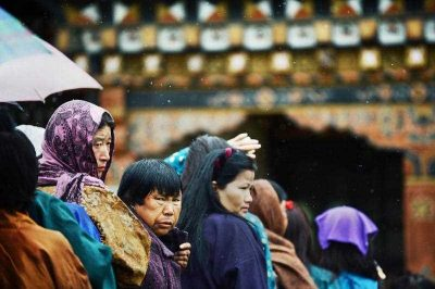 Bhutanese voters wait to cast their vote as they line up outside a polling station in Paro on 31 May 2013. (Photo: AAP)