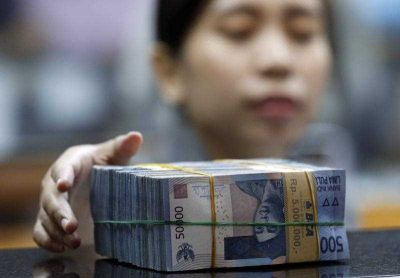 An Indonesian employee prepares rupiah banknotes at a money changer in Jakarta, Indonesia, 25 August 2015.  (Photo: AAP)