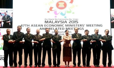 ASEAN member state economic leaders pose for a group photo at the opening ceremony for the 47th ASEAN Economic Ministers meeting in Kuala Lumpur on 22 August 2015. (Photo: AAP)